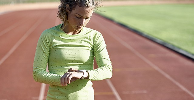 Frau kontrolliert ihre Trainingsdaten mit einer Polar Sportuhr