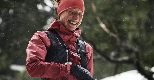 Läuferin in winterlicher Landschaft
