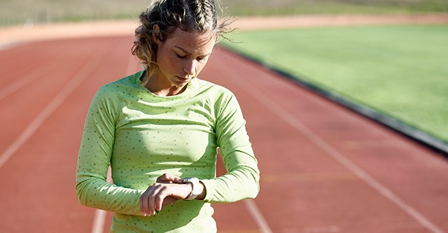 Läuferin kontrolliert ihre Trainingsdaten mit einer Polar Sportuhr