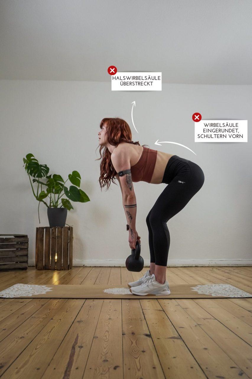 Kreuzheben: Frau zeigt mögliche Fehler von der Seite