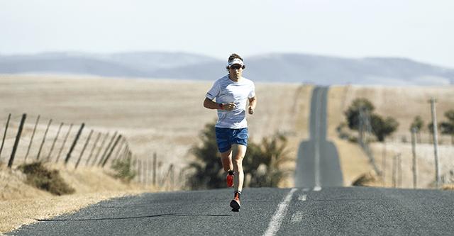Sebastian Kienle läuft auf einer Strasse