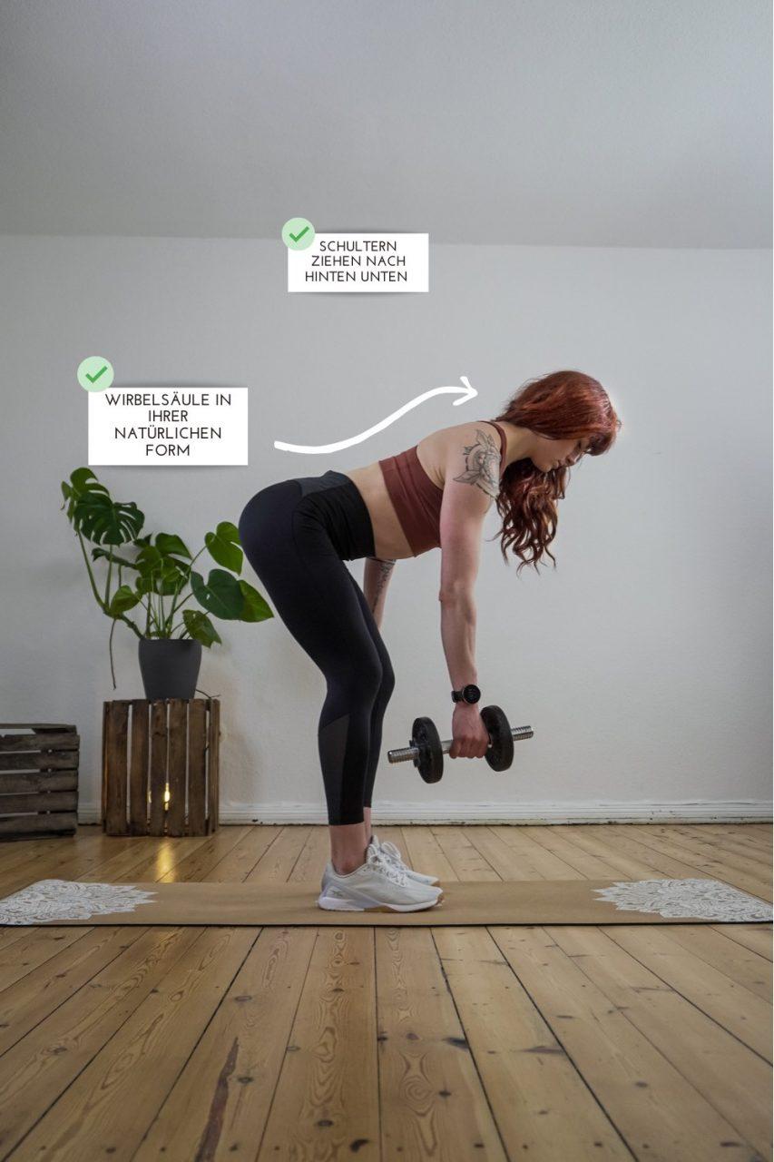 Frau zeigt richtige Ausführung der Kraftübung Rudern