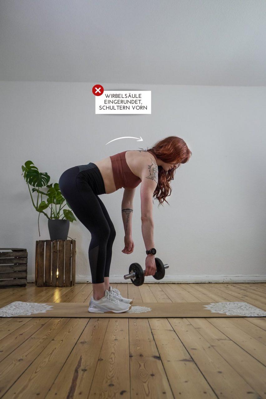 Frau zeigt mögliche Fehler bei der Kraftübung Rudern seitl. 2