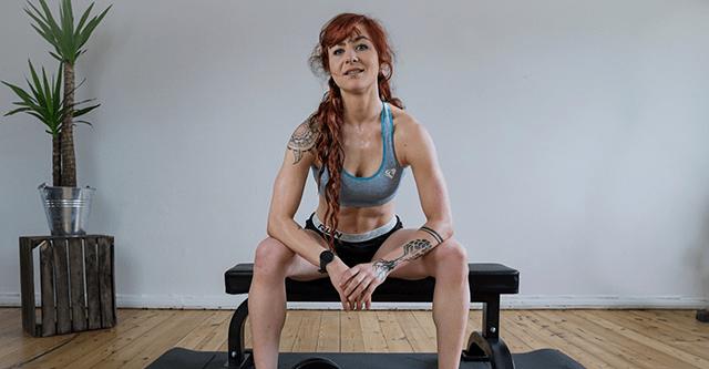 Paula Thomsen sitz auf einer Hantelbank
