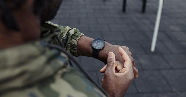 Mann kontrolliert seine Herzfrequenz mit einer Pulsuhr
