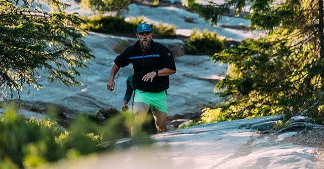 Ein Trailrunner läuft auf einem Trail in den Bergen/Polar Grit X Pro