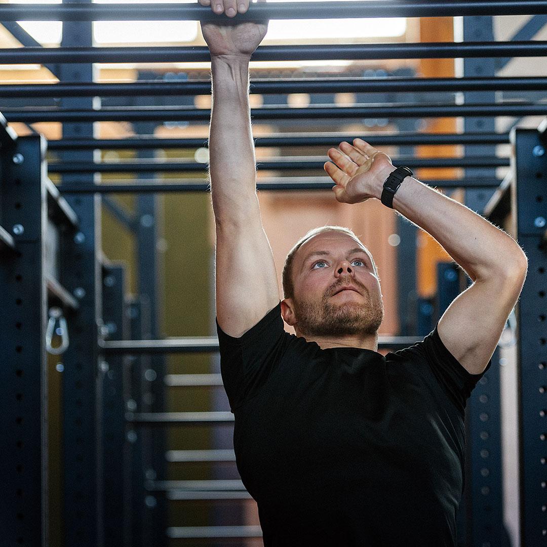 Valtteri Bottas doing a strength training exercise.